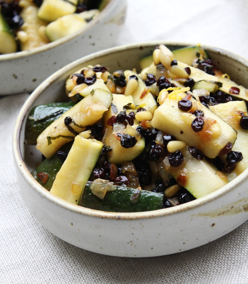 Zucchini with currants and pine nuts ? Simple food